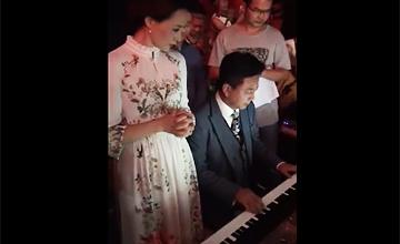 朱军弹钢琴为董卿庆生