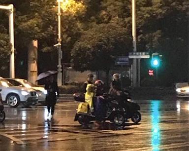 长沙执勤协警脱雨衣给小女孩:助人会变成一种习惯