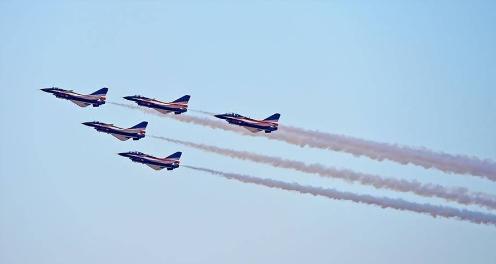 中国八一飞行表演队亮相迪拜航展