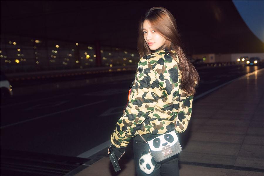 林允素颜亮相机场 青春活泼少女感十足