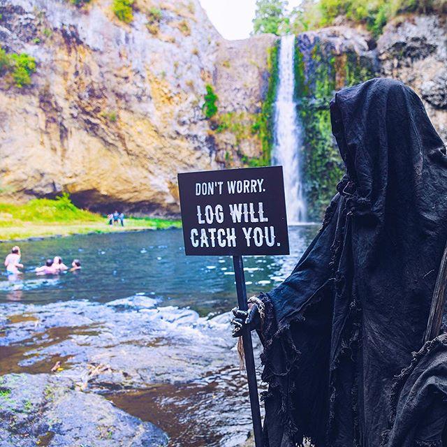 新西兰政府打造酷帅网红死神 提醒泳客注意安全