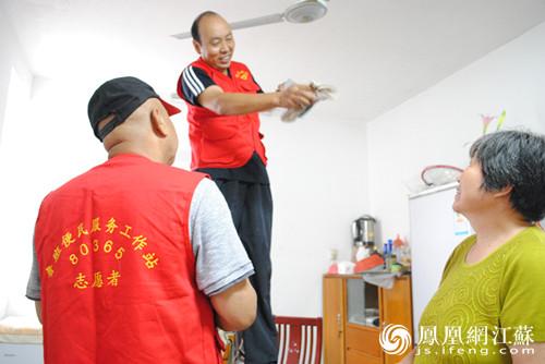 志愿者上门为居民修理吊扇