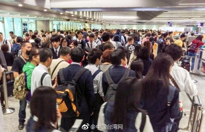 台湾桃园机场塞爆 香港人形容跟印度机场一样(图)