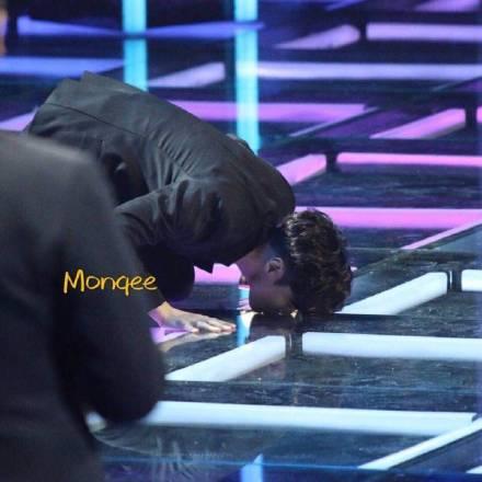 张艺兴跪地亲吻舞台 感谢曾帮助过他的人