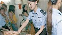 最尴尬扫黄瞬间:女警察抓了自己母亲