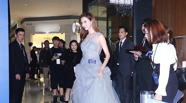 林志玲穿性感纱裙登台 被问言承旭表示:言多必失