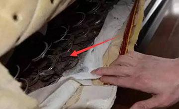 男子发现床垫有异响 掀开后吓到腿瘫软