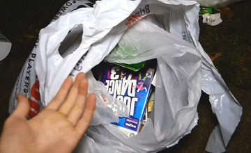 游戏店门前捡了三袋垃圾 里面的东西挺值钱