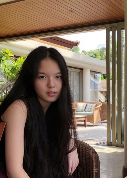 李咏妻子哈文晒15岁女儿近照 长发素颜好清纯(图)