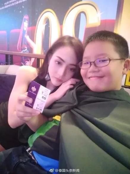 羡慕吗?泰国小学生买iPhoneX约美女模特