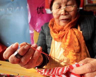 寒冬腊月缝棉袄 安徽古稀老人传温情(组图)