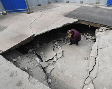 路面发生塌陷 下方现1米多高空洞