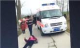 因不满救护车鸣笛男子堵路 病人家属气瘫躺地