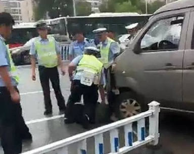 面包车为冲卡撞了一群辅警