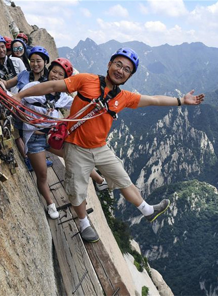 华山栈道:峭壁上的旅游