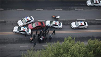 10岁熊孩子开走家里轿车 上高速与警车狂飙