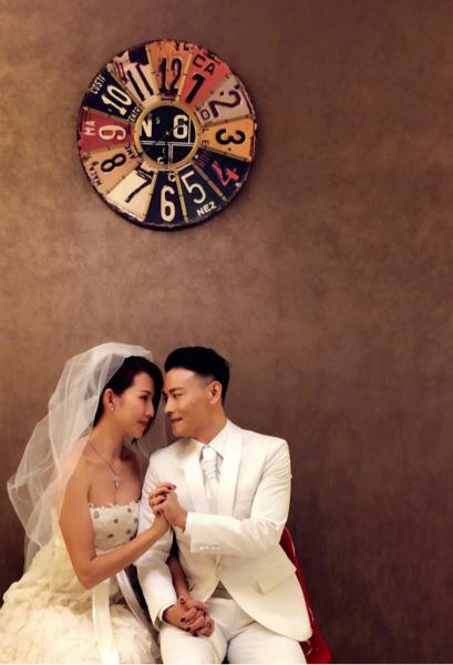 蔡少芬张晋再拍婚纱照 礼服还是10年前的那一套