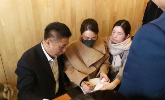 马苏现身法院起诉黄毅清 口罩遮面十分低调