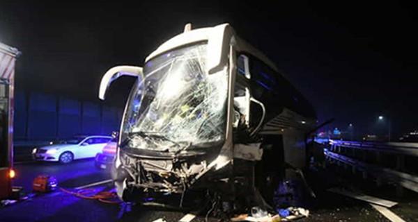 载35名中国游客大巴在意大利出车祸 车头变形多人受伤