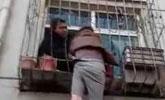 寒风中男子被卡高空 民警徒手掰弯钢管施救