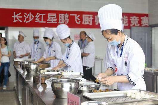 中国厨师雕刻荷花