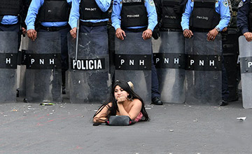 洪都拉斯女子这样挑衅警察