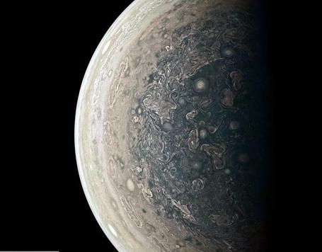 """""""朱诺""""拍摄木星南极地区图像 色彩绚丽"""