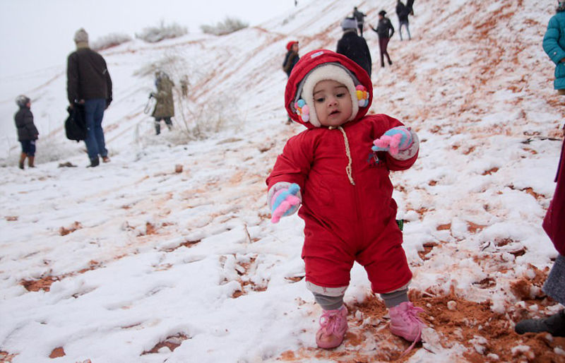 """""""沙漠之门""""小镇时隔一月再降雪 引民众狂欢"""