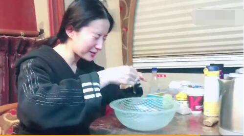 刘亦菲晒另类洗脸方法 神仙姐姐保持美颜的秘诀是…