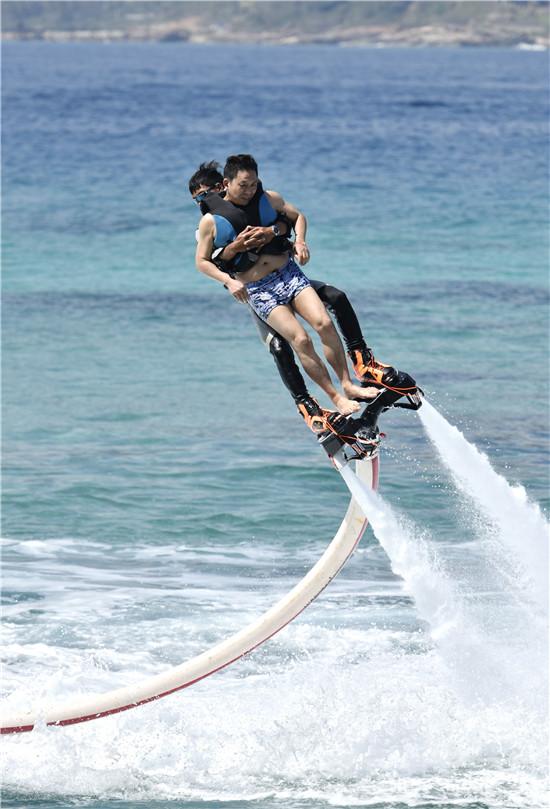 """游客在分界洲岛体验""""水上飞龙"""""""