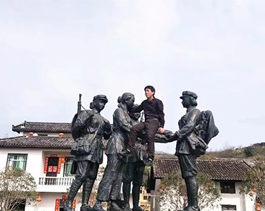 """郴州男子攀爬红色历史雕塑合影 网友们的评论""""炸了"""""""