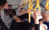 女子公交上被老人指责 手抓拉环怒踢对方