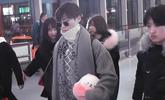 李宇春机场打破高冷变少女  怀抱粉色玩偶萌点十足