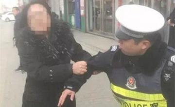 河北女子停车被交警处罚后