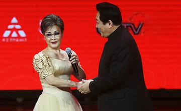 当66岁唐国强牵起74岁李谷一的双手