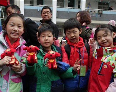 看舞龙赏京剧做清洁除隐患 武汉85万中小学生陆续返校
