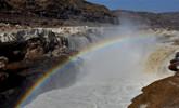 黄河壶口瀑布冰层消融 引游客观赏
