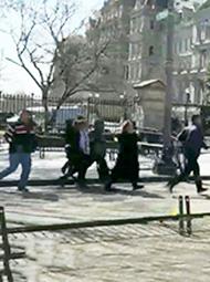 男子在白宫外掏枪自尽