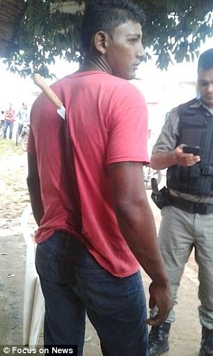 佛系男子背上插刀毫不惊慌 乖巧做好等警察来