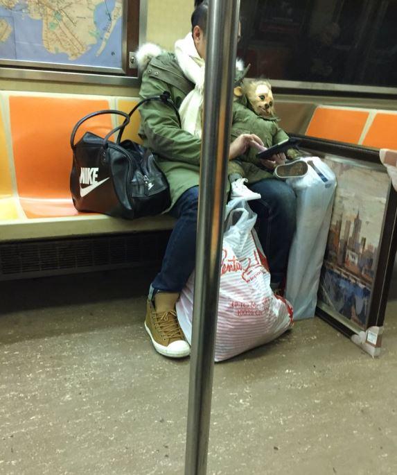"""男子带""""狼人儿子""""上地铁 乘客差点当场吓哭"""