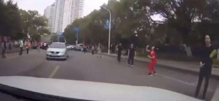 晨练者横跨马路打羽毛球