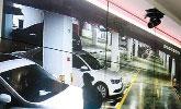 地下停车场一晚上28辆车玻璃被砸 警察凭身影破案