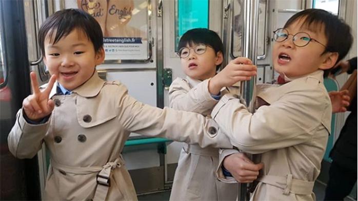 宋家三胞胎穿风衣长高不少 民国比V模样超帅气