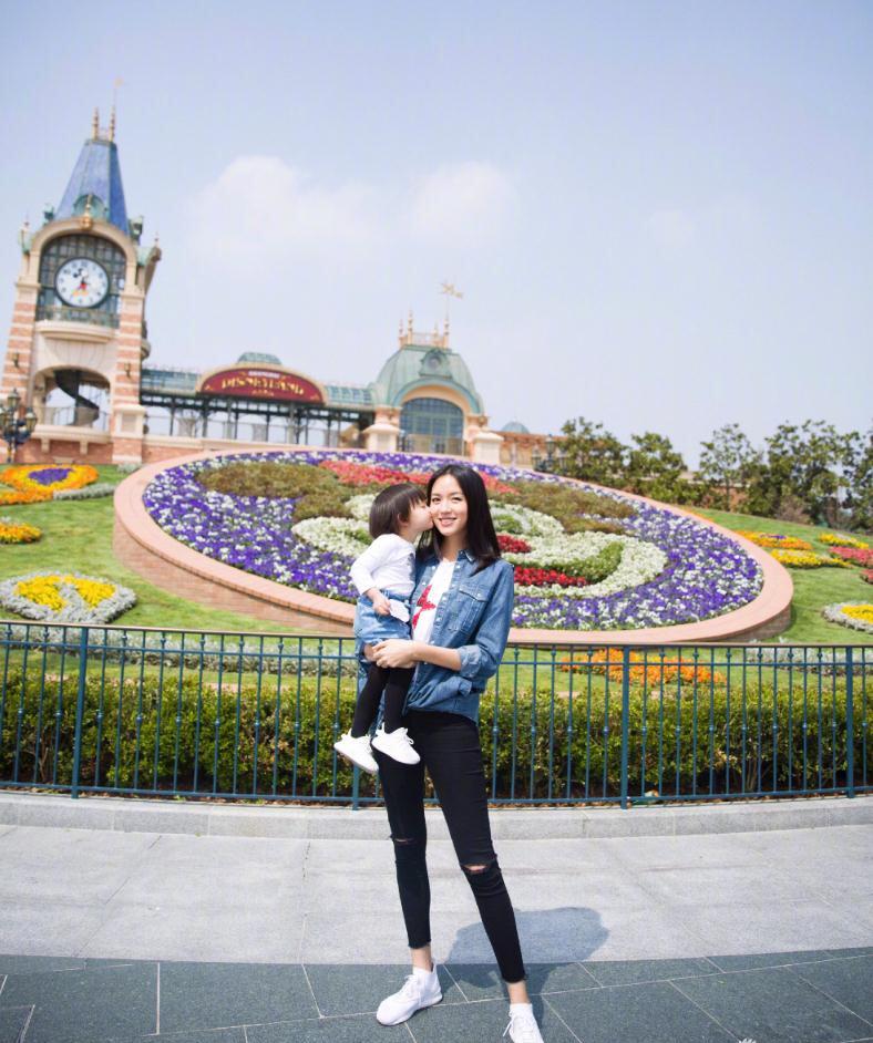 辣妈张梓琳携女儿庆生 迪士尼拍照少女感十足