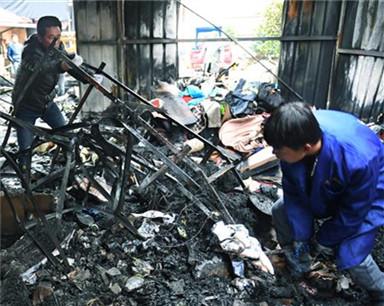新洲一村民仓库遭雷击起火 30万元货物付之一炬
