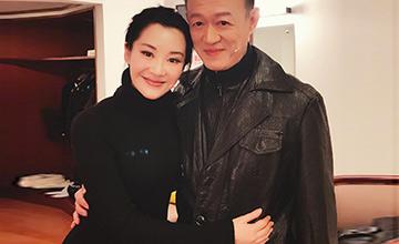 许晴与67岁的他互相搂腰