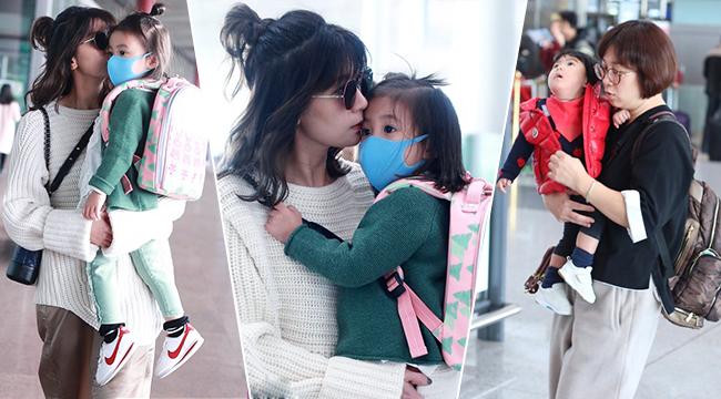贾静雯带俩女儿现身 低头亲吻咘咘萌娃表情超可爱