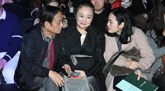 82岁韩美林美国得子后首亮相 携54岁爱妻北京看秀