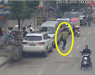 阳新一男子持刀砍砸30余辆车被民警制服