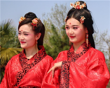 湖北当阳上演汉服婚礼秀 弘扬传统婚俗文化